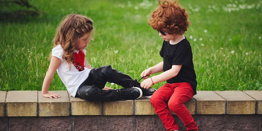 Waarom het zo belangrijk is dat je elkaar 'het veters strikken' blijft leren